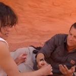 Michelle Rodríguez devora un ratón junto a Bear Grylls. Crédito:NBC