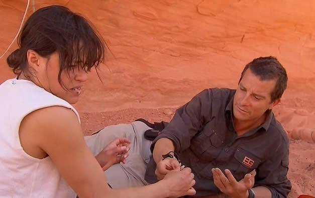 Michelle Rodríguez se come un ratón junto a Bear Grylls