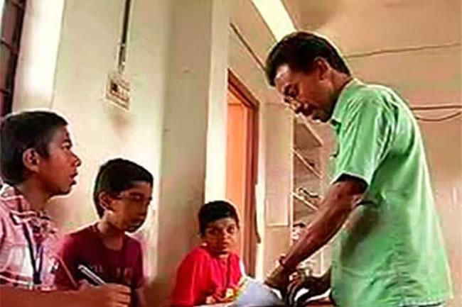 El profesor es admirado y respetado por sus alumnos. Créditos:Newindianexpress.