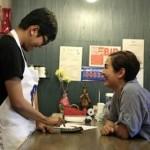 Jose Canoy es autista y su familia fundó el café como una vía para permitirle desarrollarse. Créditos:bbc.com
