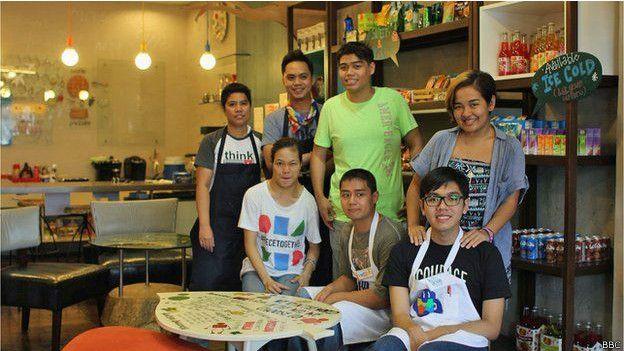 El local se llama Puzzle Cafe (café rompecabezas) porque el rompecabezas es el símbolo internacional del autismo. Créditos:bbc.com