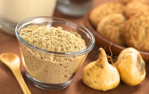 La maca es una raíz que pertenece a la familia del rábano, normalmente está disponible en forma de polvo. Crece las montañas del Perú. Créditos: muchasaludblog.com