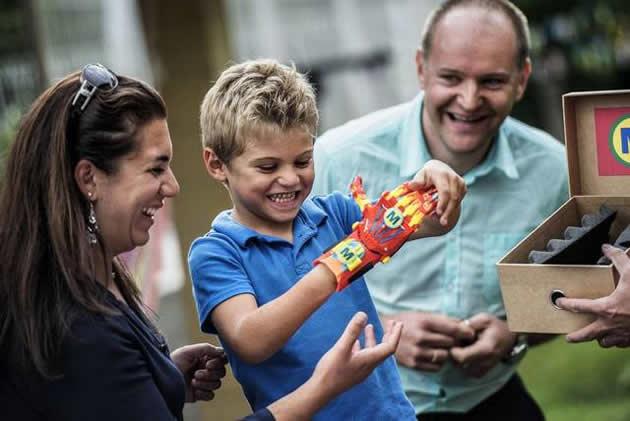 El niño Maxence, que nació sin su mano derecha, se coloca la prótesis hecha por una impresora 3D que le permitirá jugar y estudiar normalmente. Fotos de JEFF PACHOUD AFP/Getty Images