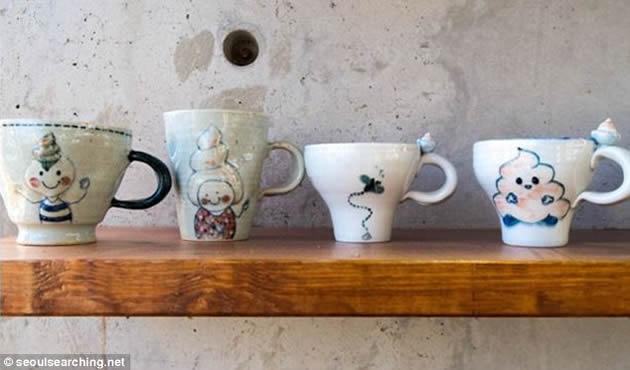 Desde lejos las tazas se ven como cualquier otra, pero tienen pequeños diseños de caca como inspiración. Foto: seoulsearching.net
