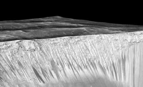 Las líneas más oscuras al parecer han sido creadas por agua salada. Créditos:Lujendra Ojha et al. (Nature Geoscience)