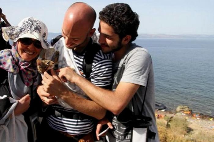 El hombre y su mascota llegaron a salvo a Grecia, huyendo de la guerra en Siria.