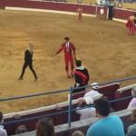 Amina Axelsson, irrumpió en el ruedo de la Plaza de Toros de Marbella. Créditos: PETA Reino Unido
