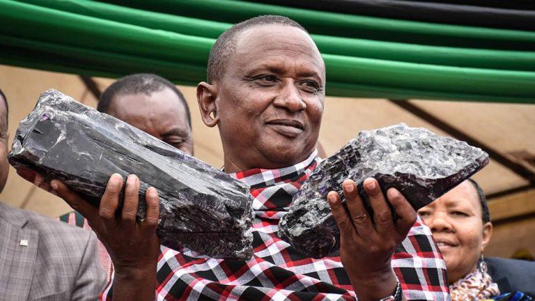 Minero artesanal se convirtió en millonario al encontrar dos piedras preciosas y quiere usar su dinero para construir una escuela