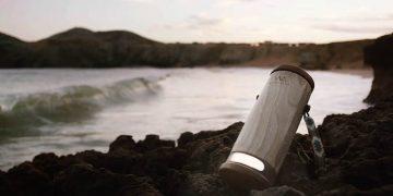 Inventan una lámpara portátil que convierte el agua salada en electricidad